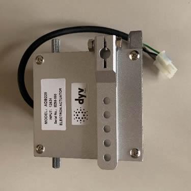 O Atuador Magnético Rotativo AD3000-1224V é usualmente utilizado como dispositivo de controle de combustível de motores em geral. Este equipamento pode ser aplicado no controle de rotação para motores estacionários, automação de movimentos repetitivos, abertura e fechamento de válvulas e controle de processos. É um dispositivo eletromagnético indicado para movimentação angular, com alimentação em 12V e 24V. Nas aplicações em Grupos Geradores, atua sobre a velocidade do motor por meio de uma manivela acoplada a bomba injetora, regulando o fluxo de combustível liberado.
